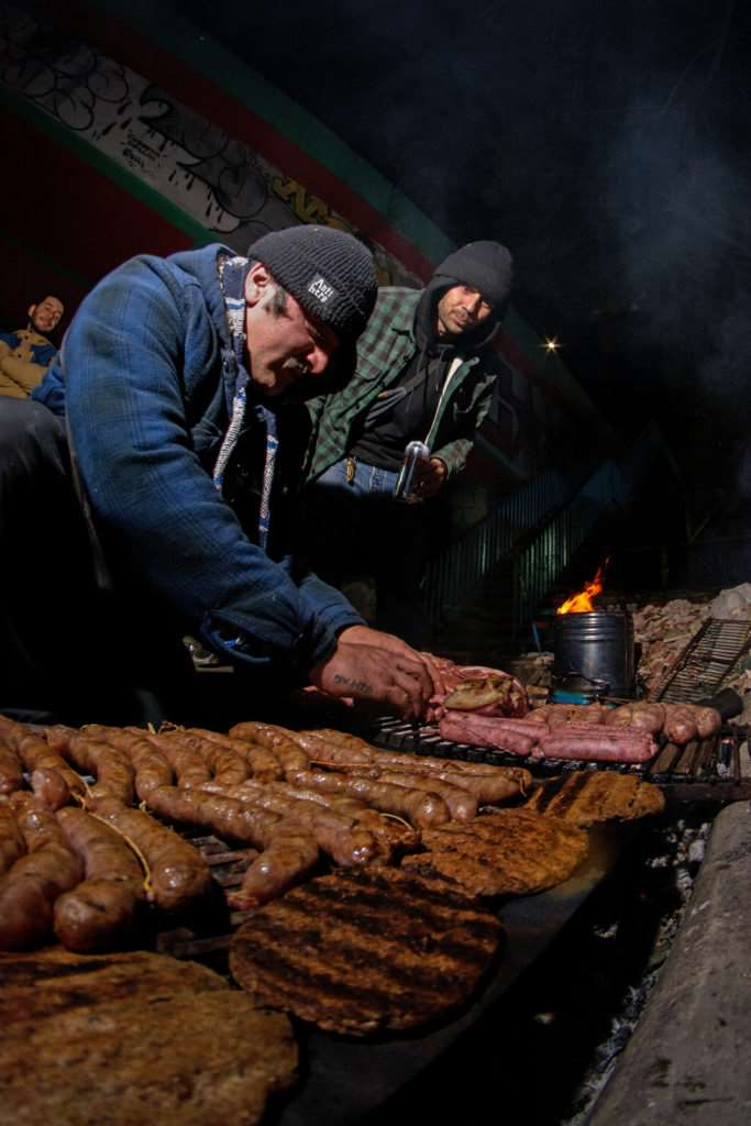 Con el fuego setiado Jonhy se encargo de cocinar para toda la banda presente.